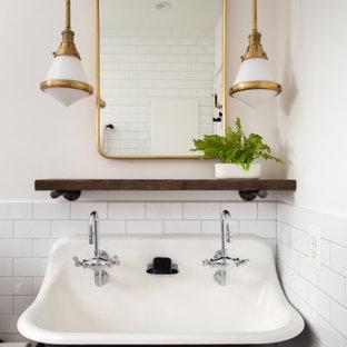 Ispirazione per una stanza da bagno con doccia eclettica con nessun'anta, ante nere, doccia a filo pavimento, piastrelle bianche, piastrelle in gres porcellanato, pareti bianche, pavimento in marmo, lavabo rettangolare, pavimento nero e doccia aperta