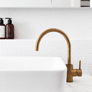 Неиссякаемый источник вдохновения для домашнего уюта: детская ванная комната среднего размера в стиле модернизм с накладной ванной, открытым душем, унитазом-моноблоком, белой плиткой, плиткой мозаикой, белыми стенами, полом из терраццо, мраморной столешницей, серым полом, открытым душем и белой столешницей