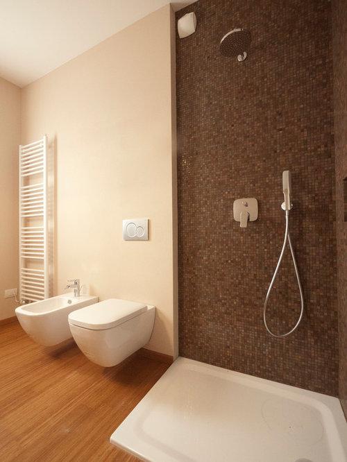 cette image montre une salle de bain principale minimaliste de taille moyenne avec un plan vasque - Sol Salle De Bain Bambou