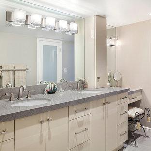 Modelo de cuarto de baño contemporáneo, extra grande, con armarios con paneles lisos, puertas de armario beige, paredes beige, suelo de baldosas de cerámica, lavabo bajoencimera, encimera de terrazo, suelo gris y encimeras grises