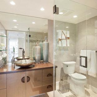 Выдающиеся фото от архитекторов и дизайнеров интерьера: главная ванная комната среднего размера в современном стиле с плоскими фасадами, коричневыми фасадами, угловым душем, унитазом-моноблоком, разноцветной плиткой, разноцветными стенами, настольной раковиной, столешницей из меди, бежевым полом, душем с распашными дверями, коричневой столешницей, полом из керамогранита и керамогранитной плиткой