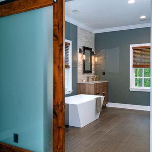 Idee per una stanza da bagno padronale design con lavabo sottopiano, ante lisce, ante in legno chiaro, vasca freestanding, piastrelle marroni e pareti blu