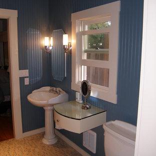 Modelo de cuarto de baño principal, de estilo americano, pequeño, con armarios con paneles lisos, puertas de armario blancas, sanitario de dos piezas, baldosas y/o azulejos multicolor, baldosas y/o azulejos de cerámica, paredes azules, suelo de baldosas de cerámica, lavabo con pedestal y encimera de vidrio