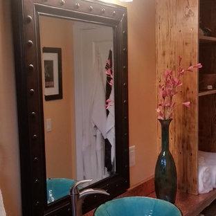 Diseño de cuarto de baño principal, de estilo americano, pequeño, con lavabo sobreencimera, armarios tipo mueble, puertas de armario con efecto envejecido, encimera de cobre, bañera empotrada, combinación de ducha y bañera, sanitario de dos piezas, baldosas y/o azulejos multicolor, baldosas y/o azulejos de piedra y suelo de pizarra