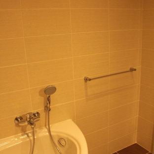 Esempio di una stanza da bagno padronale minimal di medie dimensioni con lavabo a consolle, ante lisce, ante bianche, top in laminato, vasca ad angolo, vasca/doccia, WC sospeso, piastrelle beige, piastrelle in ceramica e pavimento con piastrelle in ceramica