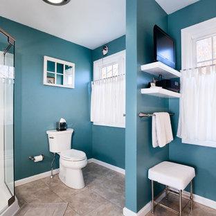 Esempio di una stanza da bagno padronale di medie dimensioni con lavabo a colonna, ante in stile shaker, ante grigie, top in superficie solida, doccia ad angolo, WC a due pezzi, piastrelle multicolore, pareti blu e pavimento in pietra calcarea