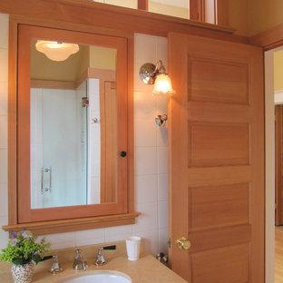 Idee per una piccola stanza da bagno con doccia stile americano con lavabo sottopiano, doccia alcova, WC a due pezzi, ante con riquadro incassato, ante in legno scuro, piastrelle bianche, piastrelle in ceramica, pareti arancioni, pavimento in pietra calcarea e top in pietra calcarea