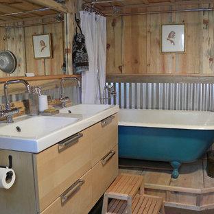 Esempio di una stanza da bagno stile rurale con vasca con piedi a zampa di leone