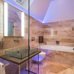 Esempio di una stanza da bagno padronale minimal con consolle stile comò, WC sospeso, piastrelle beige, pareti beige, lavabo a bacinella, pavimento beige, porta doccia a battente, top marrone, vasca ad angolo, doccia aperta e piastrelle di marmo