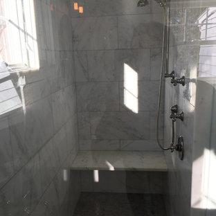 Modelo de cuarto de baño principal, tradicional renovado, de tamaño medio, con armarios tipo mueble, puertas de armario blancas, ducha empotrada, baldosas y/o azulejos grises, baldosas y/o azulejos de mármol, paredes grises, lavabo bajoencimera, suelo marrón, ducha con puerta con bisagras y suelo vinílico