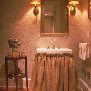 Foto di una stanza da bagno con doccia chic di medie dimensioni con nessun'anta, pareti beige e parquet scuro