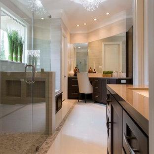 Esempio di una grande stanza da bagno padronale design con lavabo sottopiano, ante in stile shaker, ante nere, top in quarzo composito, vasca sottopiano, doccia ad angolo, piastrelle bianche, pareti verdi e pavimento alla veneziana
