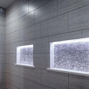 Foto de cuarto de baño principal, moderno, grande, con bañera exenta, ducha empotrada, baldosas y/o azulejos grises, baldosas y/o azulejos de porcelana, paredes grises, suelo de baldosas de porcelana, suelo negro y ducha abierta