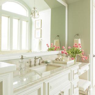 ヒューストンの大きいトラディショナルスタイルのおしゃれなマスターバスルーム (アンダーカウンター洗面器、レイズドパネル扉のキャビネット、白いキャビネット、珪岩の洗面台、ベージュのタイル、磁器タイル、磁器タイルの床、緑の壁) の写真