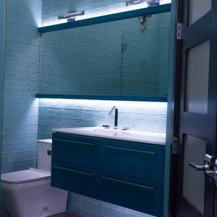 Foto di una stanza da bagno design di medie dimensioni con ante lisce, ante verdi, pareti blu, lavabo sottopiano e top in quarzo composito