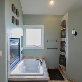 Foto di una grande stanza da bagno padronale american style con ante con bugna sagomata, ante grigie, vasca ad angolo, doccia ad angolo, piastrelle marroni, piastrelle in ceramica, pareti verdi e pavimento con piastrelle in ceramica