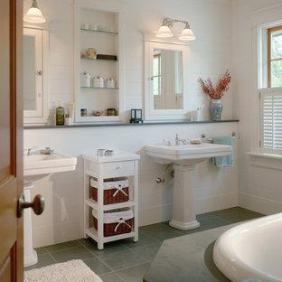 Foto di una stanza da bagno padronale stile americano di medie dimensioni con vasca da incasso, pareti bianche, pavimento in gres porcellanato, lavabo a colonna e pavimento verde
