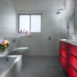 Modernes Badezimmer mit Wandtoilette und roten Schränken in Tel Aviv
