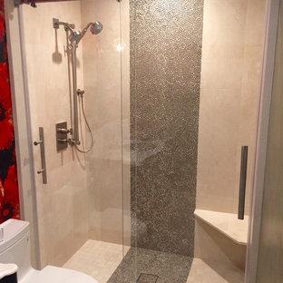 Esempio di una piccola stanza da bagno con doccia contemporanea con ante a filo, ante in legno bruno, doccia alcova, WC monopezzo, piastrelle beige, piastrelle in travertino, pareti rosse, pavimento con piastrelle in ceramica, top in superficie solida, pavimento beige e porta doccia scorrevole