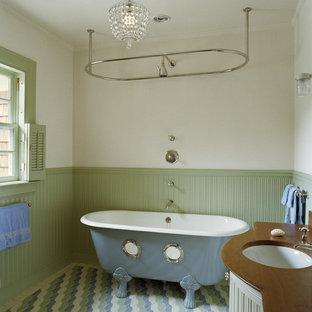 Immagine di una stanza da bagno tradizionale con vasca con piedi a zampa di leone e doccia con tenda