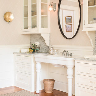 Country Badezimmer En Suite mit Glasfronten, weißen Schränken, beiger Wandfarbe, braunem Holzboden und Waschtischkonsole in Portland Maine