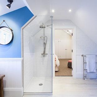 Inspiration pour une grande salle de bain marine avec une vasque, un placard en trompe-l'oeil, des portes de placard en bois vieilli, une douche d'angle, un carrelage blanc, un carrelage métro, un mur bleu et un sol en carrelage de céramique.