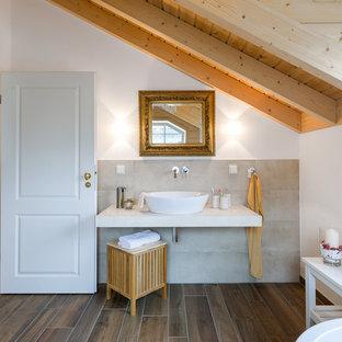 Mittelgroßes Maritimes Badezimmer mit weißer Wandfarbe, Aufsatzwaschbecken, braunem Boden, offenen Schränken, weißen Schränken, beigefarbenen Fliesen, Zementfliesen und dunklem Holzboden in Köln
