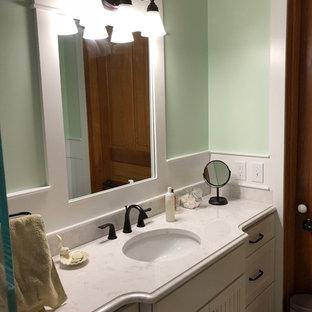 Esempio di una piccola stanza da bagno country con ante in stile shaker, doccia a filo pavimento, WC a due pezzi, piastrelle bianche, piastrelle in gres porcellanato, lavabo sottopiano, top in quarzo composito, porta doccia a battente e top giallo