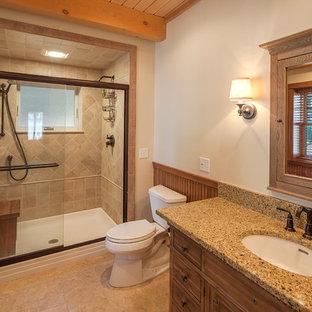 Foto di una stanza da bagno rustica con lavabo sottopiano, ante in legno scuro, doccia alcova, WC a due pezzi, piastrelle beige e pareti bianche
