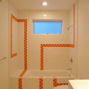 Ispirazione per una stanza da bagno con doccia minimal di medie dimensioni con vasca ad alcova, vasca/doccia, piastrelle arancioni, piastrelle bianche, piastrelle diamantate, top piastrellato, WC a due pezzi, pareti bianche, pavimento in gres porcellanato e lavabo sospeso