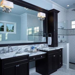 Diseño de cuarto de baño principal, moderno, grande, con armarios con paneles empotrados, puertas de armario negras, ducha empotrada, baldosas y/o azulejos blancos, baldosas y/o azulejos de cemento, paredes azules, suelo de linóleo, lavabo bajoencimera y encimera de mármol