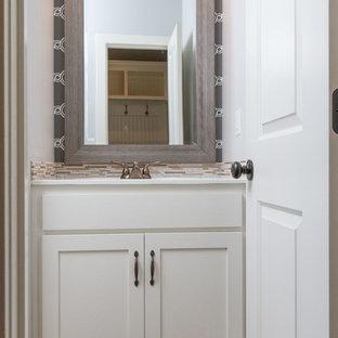Immagine di una piccola stanza da bagno con doccia minimalista con ante lisce, ante bianche, top in marmo, piastrelle bianche, piastrelle a mosaico, pareti grigie e pavimento con piastrelle in ceramica