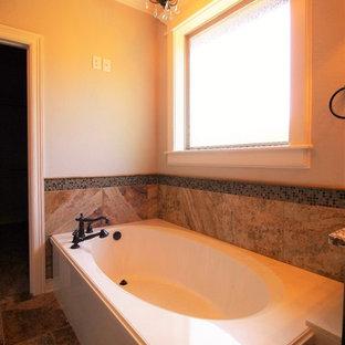 Ispirazione per una stanza da bagno padronale chic di medie dimensioni con vasca ad angolo, piastrelle beige, lastra di pietra, pareti bianche e pavimento in gres porcellanato