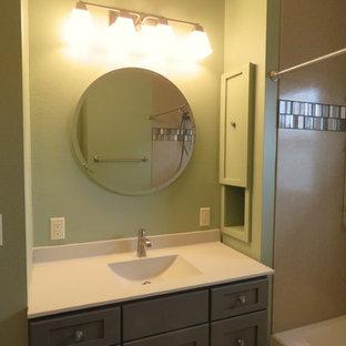 Ispirazione per una stanza da bagno con doccia bohémian di medie dimensioni con ante in stile shaker, ante grigie, vasca ad alcova, vasca/doccia, piastrelle multicolore, piastrelle in metallo, pareti beige, lavabo integrato e top in superficie solida