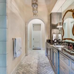 Idee per una grande stanza da bagno padronale vittoriana con ante con riquadro incassato, doccia ad angolo, pareti beige, lavabo sottopiano, top in granito, piastrelle grigie, piastrelle di vetro, pavimento in marmo e pavimento grigio