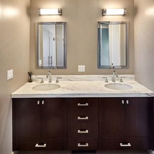 Modelo de cuarto de baño principal, clásico renovado, de tamaño medio, con armarios estilo shaker, puertas de armario negras, ducha empotrada, sanitario de una pieza, baldosas y/o azulejos blancos, baldosas y/o azulejos con efecto espejo, paredes beige, suelo de baldosas de cerámica, lavabo bajoencimera, encimera de mármol, suelo beige y ducha con puerta con bisagras