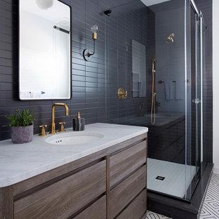 Ispirazione per una stanza da bagno stile marinaro con ante lisce, ante in legno bruno, doccia ad angolo, piastrelle nere, pistrelle in bianco e nero, lavabo sottopiano e porta doccia scorrevole