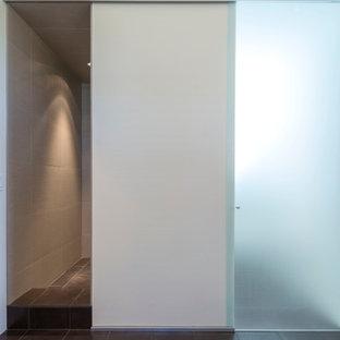 Modernes Badezimmer mit offener Dusche, Porzellanfliesen, weißer Wandfarbe und Porzellan-Bodenfliesen in Boise