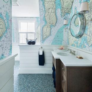 Foto di una stanza da bagno costiera con ante in legno bruno, pareti multicolore, pavimento con piastrelle a mosaico, lavabo sottopiano e pavimento verde