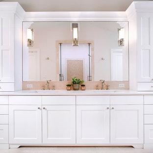 Inredning av ett klassiskt mellanstort en-suite badrum, med skåp i shakerstil, vita skåp, en dusch i en alkov, beige kakel, stenhäll, beige väggar, klinkergolv i porslin, ett undermonterad handfat, bänkskiva i kvartsit, beiget golv och dusch med gångjärnsdörr