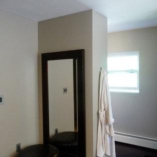 На фото: главная ванная комната среднего размера в современном стиле с накладной ванной, двойным душем, раздельным унитазом, коричневыми стенами, пробковым полом, настольной раковиной, столешницей из дерева, коричневым полом и душем с распашными дверями с