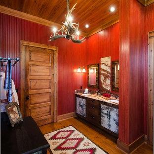 他の地域のラスティックスタイルのおしゃれな浴室 (赤い壁) の写真