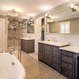 Inspiration för ett stort vintage en-suite badrum, med luckor med profilerade fronter, skåp i mörkt trä, ett badkar med tassar, grå kakel, grå väggar, ett undermonterad handfat och marmorbänkskiva