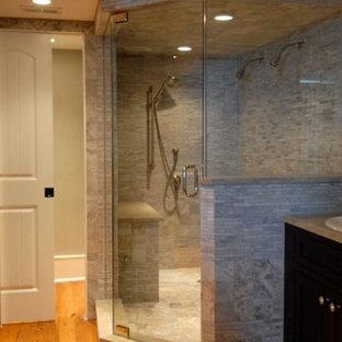 Idéer för mellanstora vintage en-suite badrum, med luckor med infälld panel, skåp i mörkt trä, en hörndusch, en toalettstol med separat cisternkåpa, grå kakel, stickkakel, vita väggar, mellanmörkt trägolv, ett nedsänkt handfat och bänkskiva i täljsten