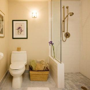 Esempio di una piccola stanza da bagno con doccia chic con doccia a filo pavimento, WC monopezzo, piastrelle bianche, piastrelle diamantate, pareti beige, pavimento in gres porcellanato, pavimento grigio e doccia aperta