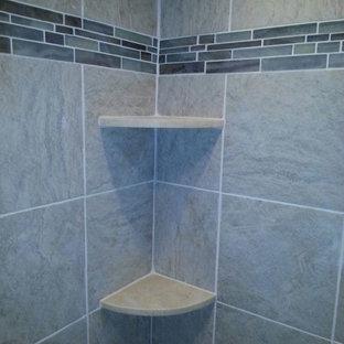 Ejemplo de cuarto de baño principal, clásico, pequeño, con ducha empotrada, baldosas y/o azulejos grises, baldosas y/o azulejos de cerámica y suelo de baldosas de cerámica