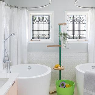 Foto di una stanza da bagno per bambini scandinava con ante lisce, ante in legno chiaro, vasca giapponese, vasca/doccia, piastrelle bianche, piastrelle in ceramica, pavimento in gres porcellanato, lavabo sottopiano, top in superficie solida, doccia con tenda, top bianco, pareti grigie e pavimento beige