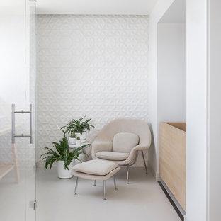 Immagine di una stanza da bagno padronale nordica con vasca giapponese, piastrelle bianche, piastrelle in ceramica e top in legno
