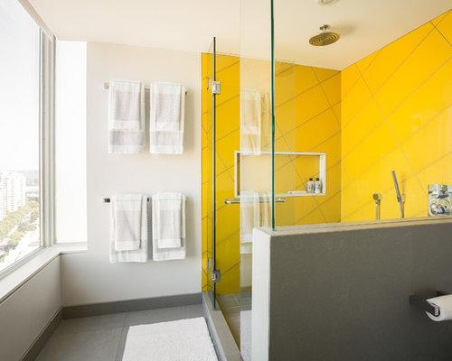 Grande bagno con piastrelle gialle foto idee arredamento