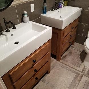 Idées déco pour une salle de bain classique de taille moyenne avec un placard en trompe-l'oeil, des portes de placard en bois brun, un carrelage beige, un carrelage marron, un carrelage gris, des carreaux de porcelaine, un mur blanc, sol en stratifié, un lavabo intégré, un plan de toilette en quartz modifié, un sol gris, une cabine de douche à porte battante et un plan de toilette blanc.